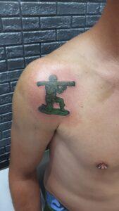 barevné tetování voják newschool